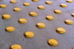 Gele die cirkels in rijen, gele knopen op een grijze achtergrond worden geschikt Stock Fotografie