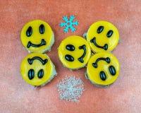 Gele die kaastaarten met glimlachen op schotel worden verfraaid Royalty-vrije Stock Foto