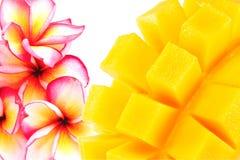 Gele die mango op een witte achtergrond wordt geïsoleerd Royalty-vrije Stock Afbeeldingen