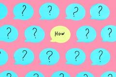 Gele die sticker met de vraag op het wordt geschreven HOE Rond hen zijn blauwe stickers met vraagtekens Mooie helder stock illustratie