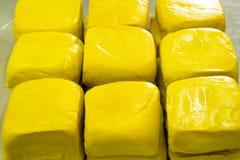 Gele die tofu van sojaboon in markt wordt gemaakt, vegetarisch voedsel Stock Fotografie