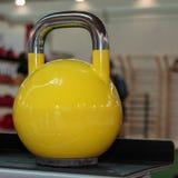 Gele Domoor in Gymnastiek: Het Materiaal van de gewichtsgeschiktheid Royalty-vrije Stock Foto