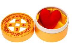 Gele doos met rood hart Stock Fotografie
