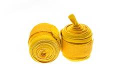 Gele in dozen doende die omslagen of verbanden op wit worden geïsoleerd Royalty-vrije Stock Afbeeldingen