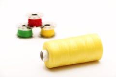 Gele Draad met Spoelen op de Achtergrond Royalty-vrije Stock Afbeeldingen