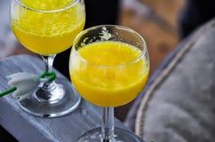 2 gele dranken Stock Afbeeldingen
