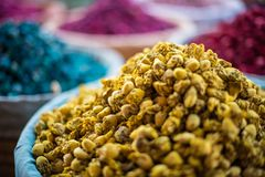 Gele droge bloemen bij een markt in Marrakech, Marokko stock foto's