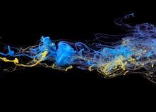 Gele en blauwe Inkt in water Stock Afbeelding