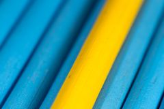 Gele en blauwe potloden als achtergrond Stock Foto's