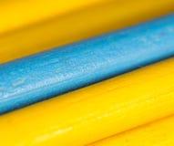 Gele en blauwe potloden als achtergrond Stock Afbeelding