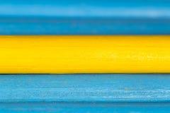 Gele en blauwe potloden als achtergrond Stock Afbeeldingen