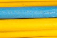 Gele en blauwe potloden als achtergrond Royalty-vrije Stock Afbeeldingen