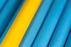 Gele en blauwe potloden als achtergrond Stock Foto
