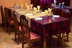 Gele en claret gekleurde restaurantlijst royalty-vrije stock foto