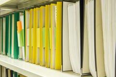Gele en groene dossieromslagen in archief royalty-vrije stock foto's