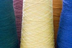Gele en groene draden en garens als achtergrond Stock Foto's