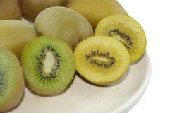 Gele en groene kiwivruchten Stock Afbeeldingen