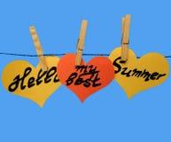 """Gele en oranje document harten op wasknijpers met inschrijving †""""Hello mijn beste zomer Stock Foto's"""