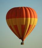 Gele en oranje hete luchtballon Stock Foto