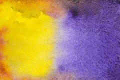 Gele en purpere waterverfachtergrond Royalty-vrije Stock Afbeeldingen