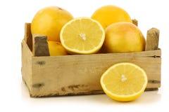 Gele en rode grapefruit en een besnoeiing  stock foto's