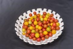 Gele en rode kersentomaten Royalty-vrije Stock Foto's