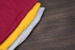 Gele en rode stof een stapel kleren, en textiel Steekproeven van kleurenstof in de opslag Grijze geruite stof warm stock foto's