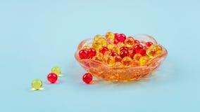 Gele en rode vitamine A, E, D, Omega 3, levertraan, vissen, capsules van het het supplementgel van de teunisbloemolie de dieet in royalty-vrije stock afbeeldingen
