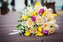 Gele en Roze Rozen Het boeket van het huwelijk royalty-vrije stock afbeelding