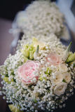 Gele en Roze Rozen Het boeket van het huwelijk stock fotografie