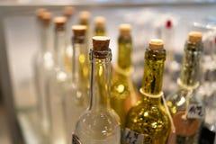 Gele en witte glasflessen in een winkel royalty-vrije stock afbeelding
