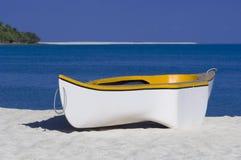 Gele en witte het roeien boot Stock Fotografie
