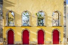 Gele façade van leeg traditioneel huis in Portugal stock foto