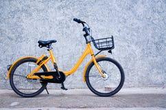 1 gele fiets stock afbeeldingen