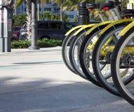 Gele fietsen klaar voor een rit royalty-vrije stock afbeelding