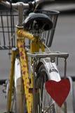 Gele fietswhit heel wat hartvormen Stock Foto's