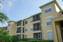 Gele flatgebouwen met koopflats of flats Stock Afbeeldingen