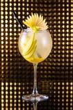 Gele fruitcocktail met citroen in lang rond glas royalty-vrije stock foto
