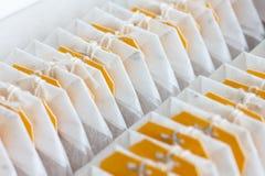 Gele geëtiketteerde theezakjes Royalty-vrije Stock Foto