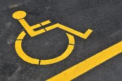 Gele gehandicapten die teken parkeren stock afbeeldingen