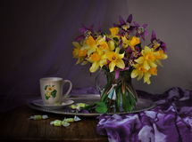 Gele gele narcissen in een vaas Stock Fotografie