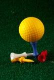 Gele golfball en T-stukken Stock Foto's