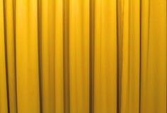 Gele gordijnen die de zon in de schaduw stellen Royalty-vrije Stock Afbeelding