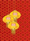 Gele gouden lantaarns met rood patroon op rode achtergrond Stock Foto's