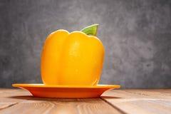 Gele groene paprika met druppels op houten lijst royalty-vrije stock fotografie