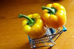 Gele groene paprika's in karretje Stock Foto