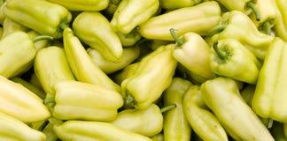 Gele groene paprika's op vertoning Stock Afbeeldingen