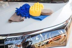 Gele, groene sponsen en blauwe mitts voor was en microfiber stof Royalty-vrije Stock Foto