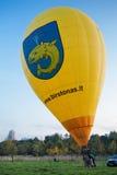 Gele grote vliegende ballon Stock Afbeeldingen