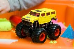 Gele grote vrachtwagen Stock Afbeeldingen